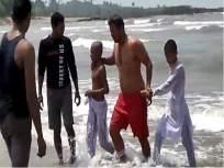आक्सा बीचवर बुडणाऱ्यातीन मुलांना जीवरक्षकांनी वाचविले