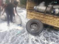 आरवडेमध्ये दूध उत्पादकांनी दूध वाहतूक करणारी गाडी अडवून दूध ओतले