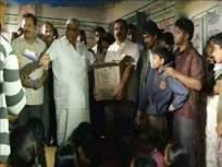 कर्नाटकच्या 'असंवेदनशील' मंत्र्यांनी पूरग्रस्तांच्या दिशेने फेकले बिस्किटांचे पुडे