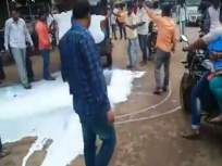 अन् कवठेमहाकाळ येथे आंदोलनकर्त्यांनी रस्त्यावर ओतलं दूध