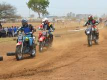 कोल्हापुरात 'डर्ट ट्रॅक रेसिंग'चा थरार,सर्वांचे लक्ष घेतलेवेधून