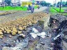 १५ दिवसापूर्वी बांधलेल्या रस्त्यावर खड्डे