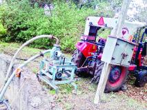 आल्याला पाणी देण्यासाठी ट्रॅक्टर इंजिनचा वापर