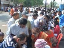 मतदान केंद्राच्या बाहेरच गर्दी अधिक !
