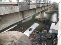 बंगळूरू -मुंबई महामार्गावर रावेतला कंटेनर नदीत कोसळला
