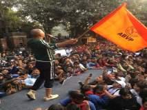 'पॅडमॅन'च्या प्रमोशनदरम्यान अक्षय कुमारच्या हाती अभाविपचा झेंडा, नेटीझन्स म्हणाले-वेलकम इन पॉलिटिक्स
