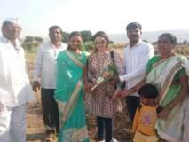 सचिन तेंडुलकरच्या पत्नीने घेतली करंजी गावच्या शेतक-यांची भेट!