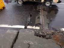 भिवंडी बायपासवरील साकेत ब्रिजला तडे गेल्यामुळे रस्ता खचला