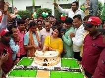 भाजपा खासदारानं कापला संसदेची प्रतिकृती असलेला केक