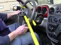कार चोरीपासून संरक्षण करण्यासाठी स्टिअरिंग लॉकचा वापर