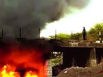 बुलडाणा : येळगावनजीक नदी पात्रात पडलेल्या रसायनाने घेतला पेट!