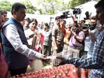 जरा हटके! ... जेव्हा मुख्यमंत्री देतात प्लास्टिक न वापरण्याबाबत समज