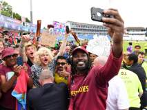 ICC World Cup 2019 : चाहत्यांबरोबर सेल्फी काढायचा मोह गेलला आवरता आला नाही