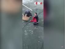 #Video : जीवाची बाजी लावत गोठलेल्या नदीतून वृध्द महिलेला काढले बाहेर