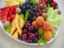 रात्री फळं खात असाल तर या गोष्टींची काळजी घ्या; अन्यथा...