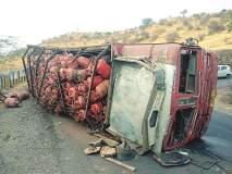 करंजी घाटातगॅस सिलिंडीरचा ट्रक पलटी