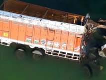 वऱ्हाडाचा ट्रक 60 फुटांवरुन नदीत कोसळला, 21 जणांचा मृत्यू