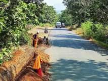 महाड-पंढरपूर मार्गावर केबलसाठी रस्त्यालगत खोदकाम
