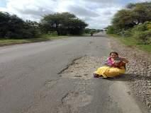 मंजुषा गुंड यांचे 'सेल्फी विथ खड्डा' : पालकमंत्री राम शिंदे यांच्यावर निशाणा