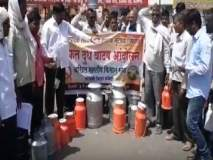 परभणीत किसान सभेचे जिल्हाधिकारी कार्यालयासमोर मोफत दूध वाटप आंदोलन