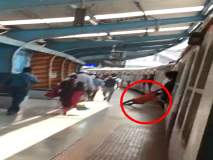 Video:लोकलमध्ये पुन्हा माकडचाळे; हार्बरच्या सँडहर्स्ट रोड स्थानकावर घडला प्रकार