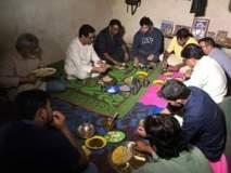 विदर्भ दौऱ्यादरम्यान राज ठाकरेंनी जमिनीवर बसून केले जेवण