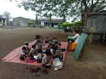 वर्गखोल्यांअभावी फुलउमरी येथील शाळा भरते मैदानात