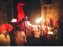 पेटत्या मशालींनी उजळला 'वसंत'गड ! महाराष्ट्र दिनाच्या पूर्वसंध्येला उपक्रम