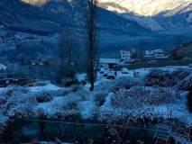 हिमाचल प्रदेश, उत्तराखंडात मोठ्या प्रमाणात बर्फवृष्टी, रस्त्यावर बर्फाची चादर