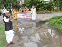 पालकमंत्री राम शिंदे यांच्या निवासस्थानाकडे जाणा-या रस्त्यावरील गटार फुटली : नागरिकांचे घंटानाद आंदोलन