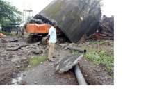 रेल्वेची धोकादायक पाण्याची टाकी कोसळल्याने पोकलेन चालक गंभीर जखमी