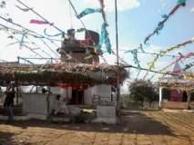 इथे दुर्गा देवीला अर्पण केल्या जातात चप्पल आणि सॅंडल, कारण वाचून व्हाल थक्क!