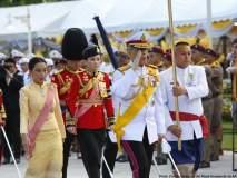 थायलंडच्या राजाने केले बॉडीगार्डशीच लग्न, पाहा लग्नसोहळ्याचे फोटो