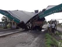 ट्रकच्या धडकेत संगमनेर तालुक्यातील टोलनाका कोसळला