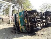 देऊळगाव येथील परमहंस पुंडलिक महाराज विद्यालयासमोर ट्रक उलटला; मोठा अनर्थ टळला