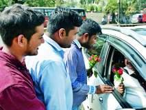 कुलगुरुंविरोधात 'अभाविप'ची 'गांधीगिरी' : गुलाबपुष्प देऊन विधीसभा सदस्यांचे स्वागत