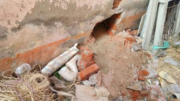 Attempt to crack at Ashti's rural bank in Gadchiroli district; Wall breaks   गडचिरोली जिल्ह्यातल्या आष्टीच्या ग्रामीण बँकेत दरोड्याचा प्रयत्न; भिंत फोडली
