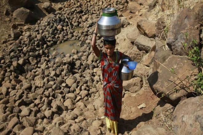 Even today, the people of Kolam are living on contaminated water from the duck! Reality in Chandrapur district | आजही डबक्यांमधल्या दूषित पाण्यावरच जगताहेत कोलामाच्या पिढ्या ! चंद्रपूर जिल्ह्यातले वास्तव