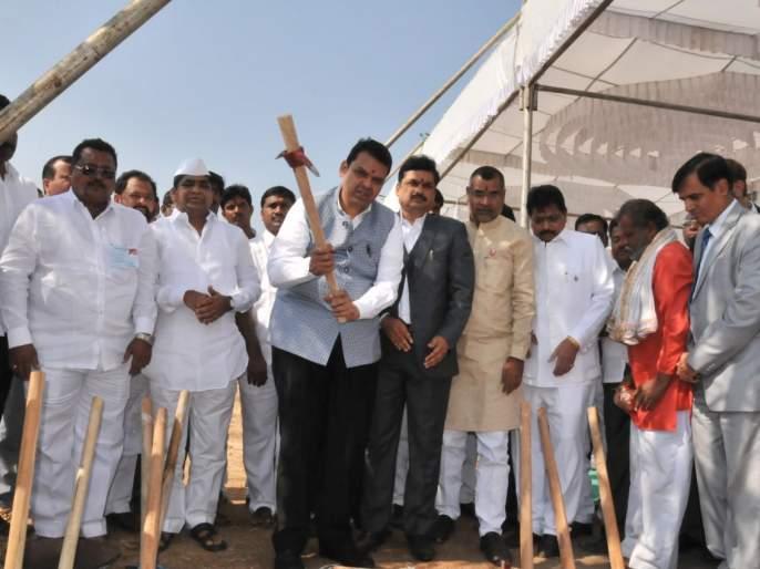 As a Jamkhed, Shrigonda will also be an agriculture college: no one should argue: CM | जामखेडप्रमाणे श्रीगोंद्यालाही कृषी महाविद्यालय होणार असल्याने कोणी वाद घालू नये : मुख्यमंत्री