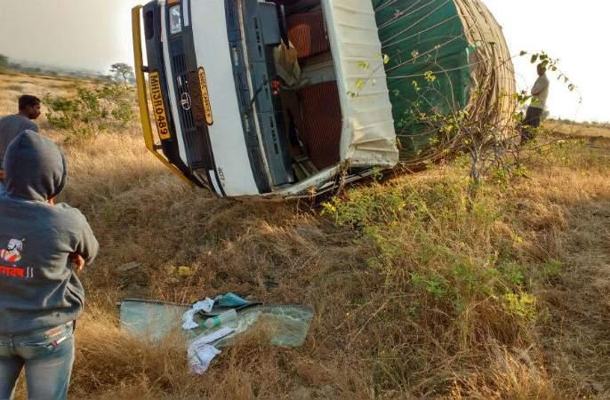 Barabhugaon - Tempo collapsed in Agalgaon border on Barshi road, 14 workers injured | बाभुळगाव - बार्शी रोडवरील आगळगाव हद्दीत टेम्पो पलटी, १४ कामगार जखमी