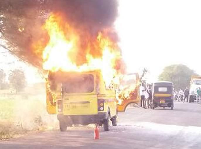 Satara: School bus stomach; Due to the condescension of the driver, ten children escaped | सातारा : स्कूलबसने घेतला पेट; चालकाच्या प्रसंगावधानामुळे दहा मुलं बचावली