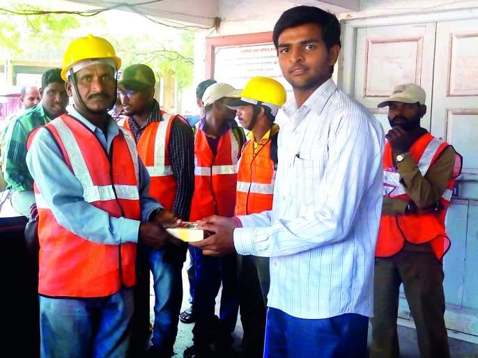 Ratnagiri: Supplier, Goddess of Cleanliness Workers, New Year's Day Gifts, Dessert Distribution to 150 workers | रत्नागिरी : आपुलकीतर्फे सफाई कामगारांचे गोडकौतुक, नववर्षदिनी भेट,दीडशे कामगारांना मिठाईचे वाटप