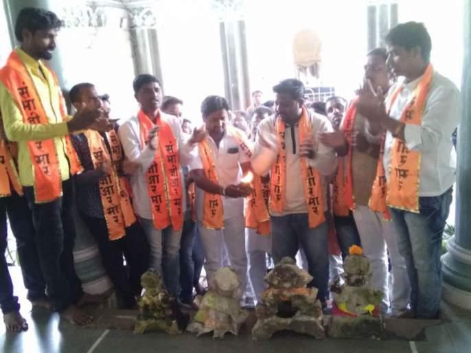 Ganesh Murthy Visarjan, Sambhaji Aram Sangh's Solapur municipal corporation, Ganesh Puja before the Commissioner's office | गणेशमुर्ती विसर्जन, संभाजी आरमार संघटनेचे सोलापूर महापालिकेत आंदोलन, आयुक्त कार्यालयासमोर केली गणेशपुजा