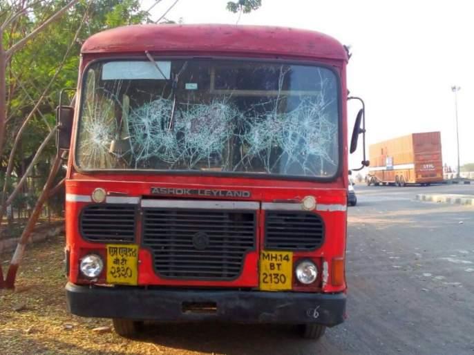 Strains caused by rocky incidents on the second day in Dhule and 8 buses were chopped off | धुळ्यात दुसºया दिवशीही दगडफेकीच्या घटनामुळे तणाव, ८ बसेच्या काचा फोडल्या
