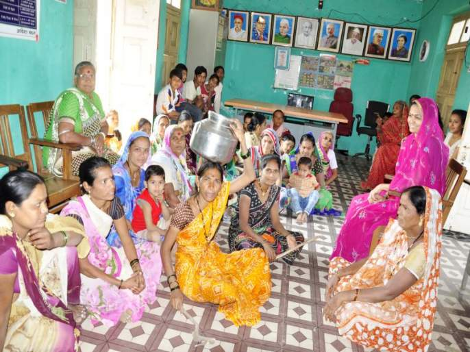 Handa Morcha of women in the water resources minister's village | जलसंपदा मंत्र्यांच्या मतदारसंघातील गावात महिलांचा हंडा मोर्चा