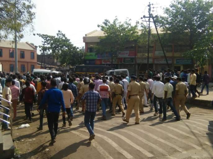 Corridor incident in Karhagad; vehicles, shops, rioters; storm hits; storm hits; | कऱ्हाडात कोरेगावच्या घटनेचे पडसाद, वाहने, दुकानांची तोडफोड, जमाव आक्रमक, तुफान दगडफेक;
