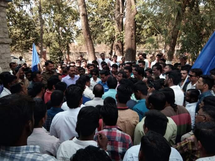 Bhima Koregaon case also collapsed in Kolhapur district, Tihar Jail, road blockade, police vehicle stopped | भीमा कोरेगाव प्रकरणाचा कोल्हापूर जिल्ह्यातही पडसाद, टायरी जाळून रास्ता रोको आंदोलन, पोलिसांची गाडी रोखली