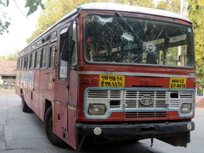 nashik,st,buses,attack,shivshahi,cancelled | नाशिकमधील सर्व मार्गांवरील एस.टी. बसेस रद्द