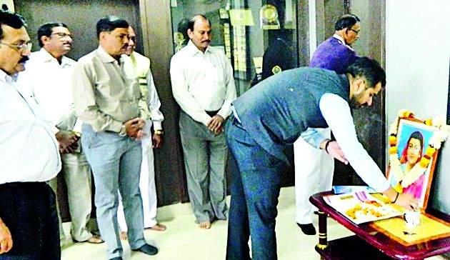 Savitribaiyans of the District Collectorate salute | जिल्हाधिकाऱ्यांची सावित्रीबार्इंना मानवंदना
