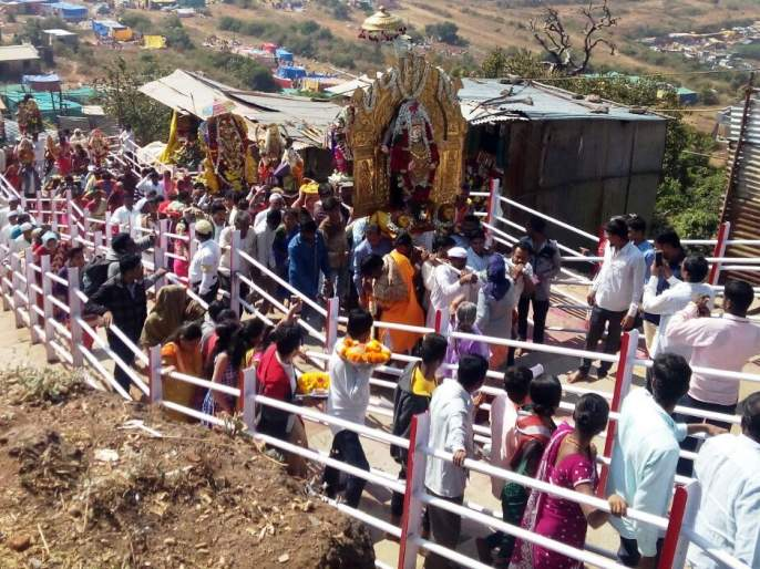 Satara: Thousands of devotees visit Mandhargad on the fort | सातारा : मांढरगडावर भाविकांचा महापूर,दर्शनासाठी हजारो गडावर दाखल